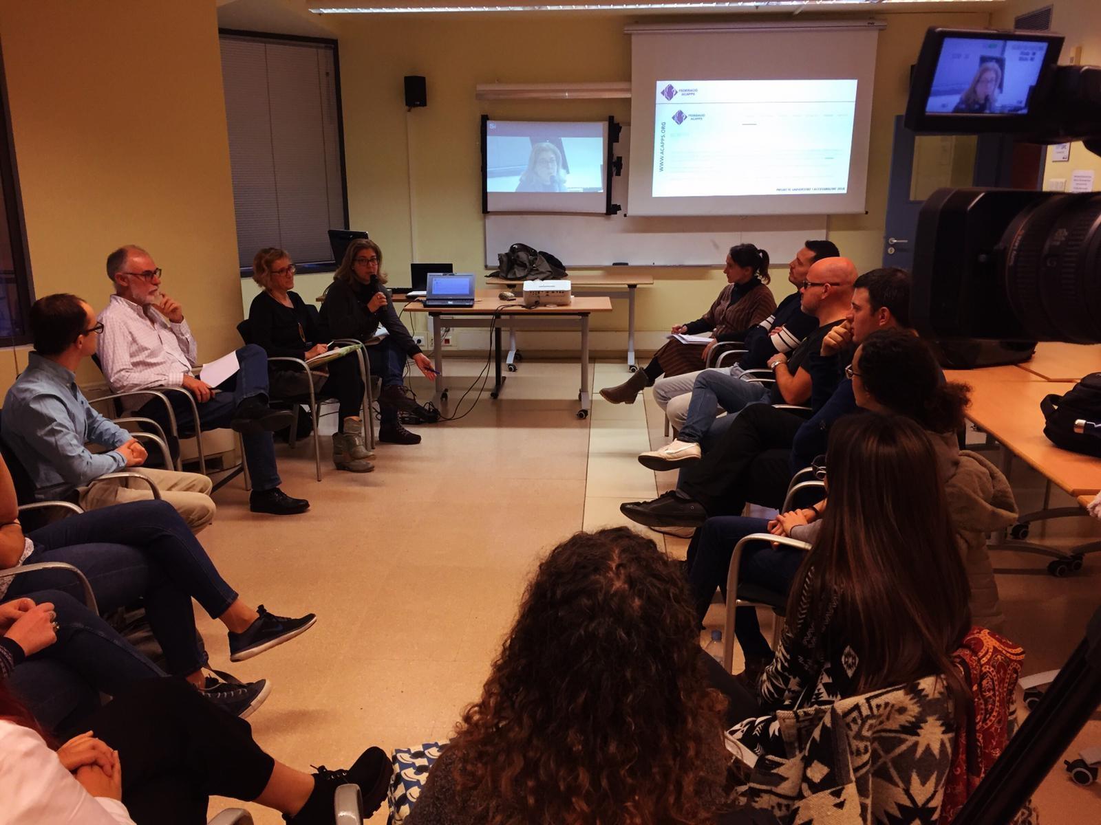 Estudiants amb discapacitat auditiva analitzen les mesures d'accessibilitat de les seves universitats