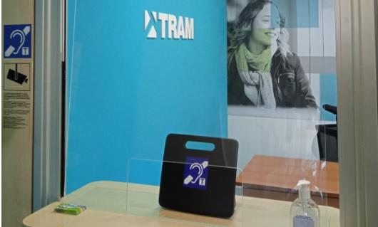 Els punts d'atenció al client de Tram i 13  noves parades del Trambaix amb bucle magnètic per a les persones amb sordesa